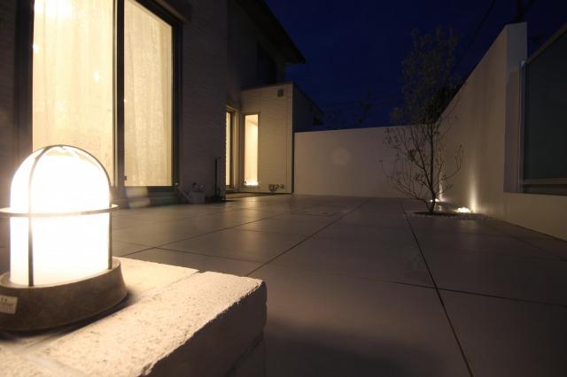 幸せなひとときを感じる灯り EARTH GARDEN 大阪府N様邸 Spectacular garden lighting by lighting professionals. Enjoy a dramatic, romantic, even mysterious scene comparing to a day time.