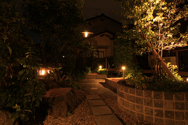 和庭のリフォームで使いやすさと演出をプラス 株式会社あしだ 京都府O様邸 Spectacular garden lighting by lighting professionals. Enjoy a dramatic, romantic, even mysterious scene comparing to a day time.