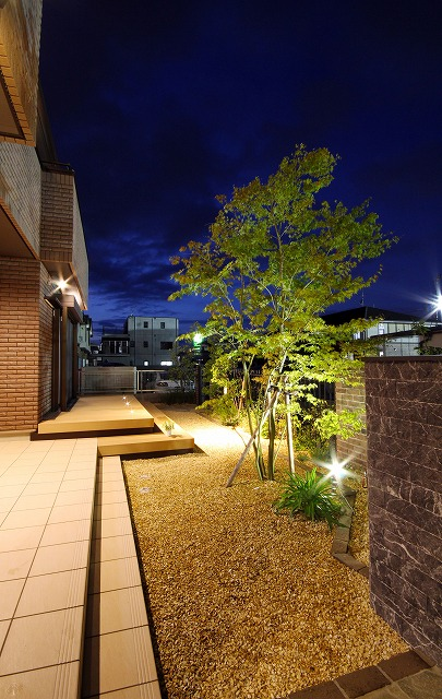 フロントガーデンのデッキライティング アウテリアタイガー株式会社 熊本県T様邸 Spectacular garden lighting by lighting professionals. Enjoy a dramatic, romantic, even mysterious scene comparing to a day time.