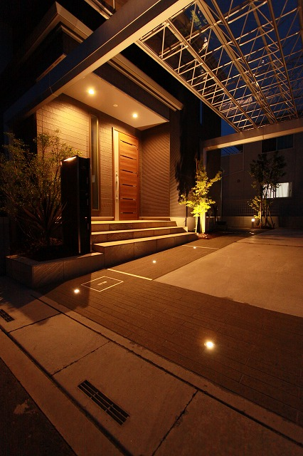 フレーム効果を生かしたスタイリッシュモダン 有限会社諒心工業 埼玉県K様邸 Spectacular garden lighting by lighting professionals. Enjoy a dramatic, romantic, even mysterious scene comparing to a day time.