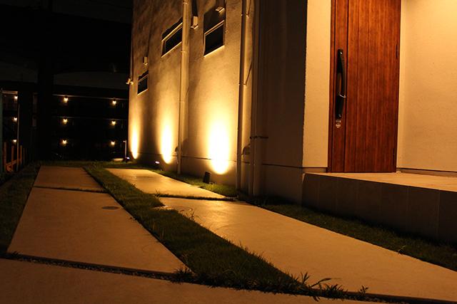 白壁に映える木影 株式会社ボックスウッド 千葉県O様邸 Spectacular garden lighting by lighting professionals. Enjoy a dramatic, romantic, even mysterious scene comparing to a day time.