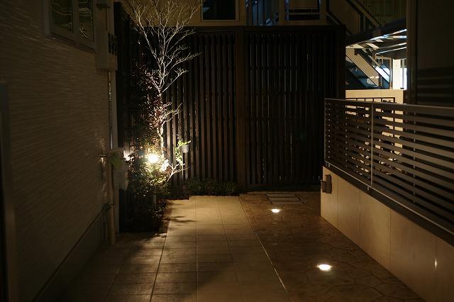 リズミカルな光を楽しむエクステリア 山創建設株式会社 東京都O様邸 Spectacular garden lighting by lighting professionals. Enjoy a dramatic, romantic, even mysterious scene comparing to a day time.