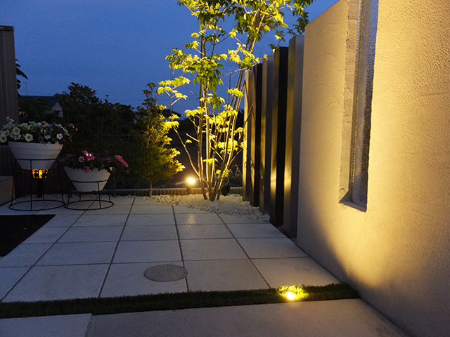 白と緑の光の調和 プレックス・ガーデン 長野県F様邸 Spectacular garden lighting by lighting professionals. Enjoy a dramatic, romantic, even mysterious scene comparing to a day time.