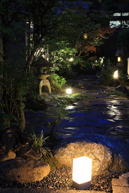 暗夜楽路 北陸エクステリア株式会社 石川県Y様邸 Spectacular garden lighting by lighting professionals. Enjoy a dramatic, romantic, even mysterious scene comparing to a day time.