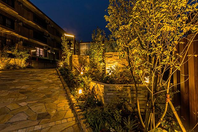 癒やしの光に包まれた         マンションファサード 癒樹工房 さいたま支店 千葉県 サンライズマンション Spectacular garden lighting by lighting professionals. Enjoy a dramatic, romantic, even mysterious scene comparing to a day time.