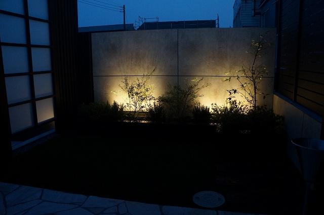 温かな灯り アイ.エクス.プロ株式会社 神奈川県U様邸 Spectacular garden lighting by lighting professionals. Enjoy a dramatic, romantic, even mysterious scene comparing to a day time.