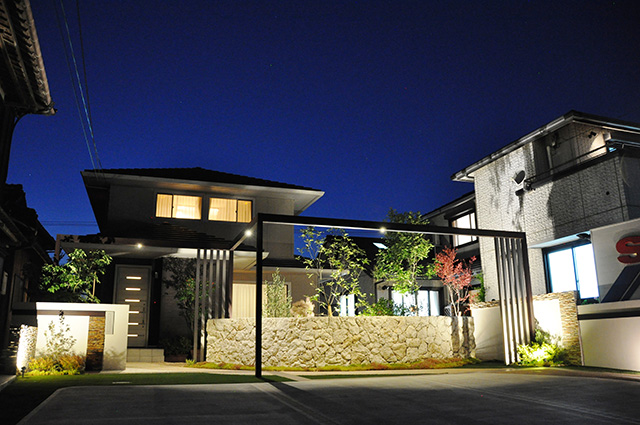 ナチュラルとモダンで縁取った癒しの空間 サコヤマエクステリア SAKOYAMA EXTERIOR 山口県S様邸 Spectacular garden lighting by lighting professionals. Enjoy a dramatic, romantic, even mysterious scene comparing to a day time.