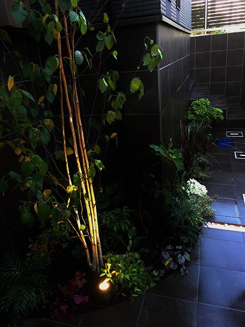 オリジナルH鋼門柱とライトの融合 株式会社LAND-H.A.G 神奈川県O様邸 Spectacular garden lighting by lighting professionals. Enjoy a dramatic, romantic, even mysterious scene comparing to a day time.
