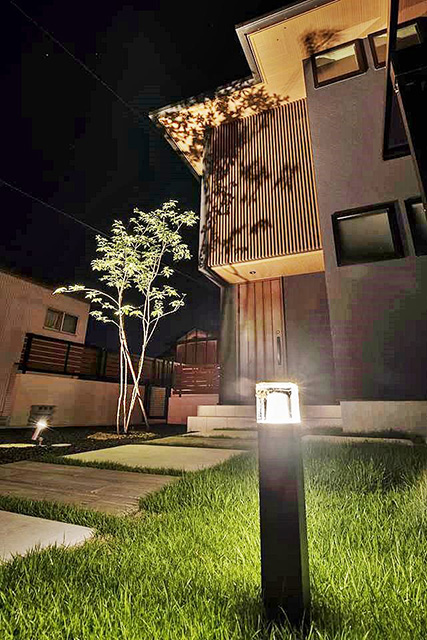 植栽と建物を生かす光  I's garden 滋賀県T様邸 Spectacular garden lighting by lighting professionals. Enjoy a dramatic, romantic, even mysterious scene comparing to a day time.
