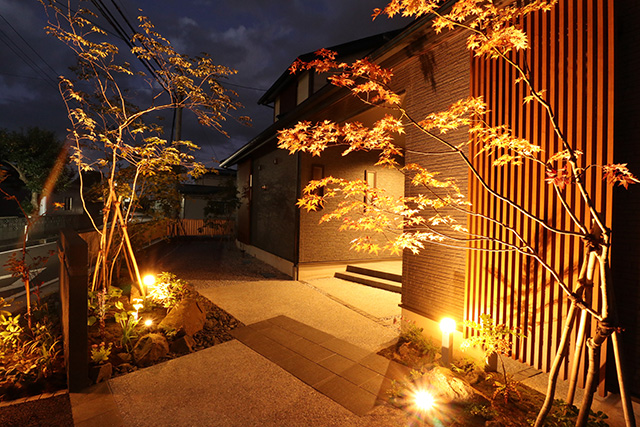 『和の庭に光を添えて』 株式会社みちのく庭園 青森県T様邸 Spectacular garden lighting by lighting professionals. Enjoy a dramatic, romantic, even mysterious scene comparing to a day time.