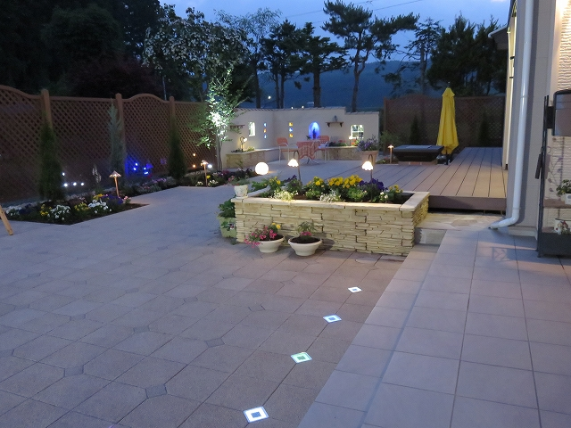 華麗なる南仏風ガーデン 有限会社西舘拓硝子店 岩手県S様邸 Spectacular garden lighting by lighting professionals. Enjoy a dramatic, romantic, even mysterious scene comparing to a day time.