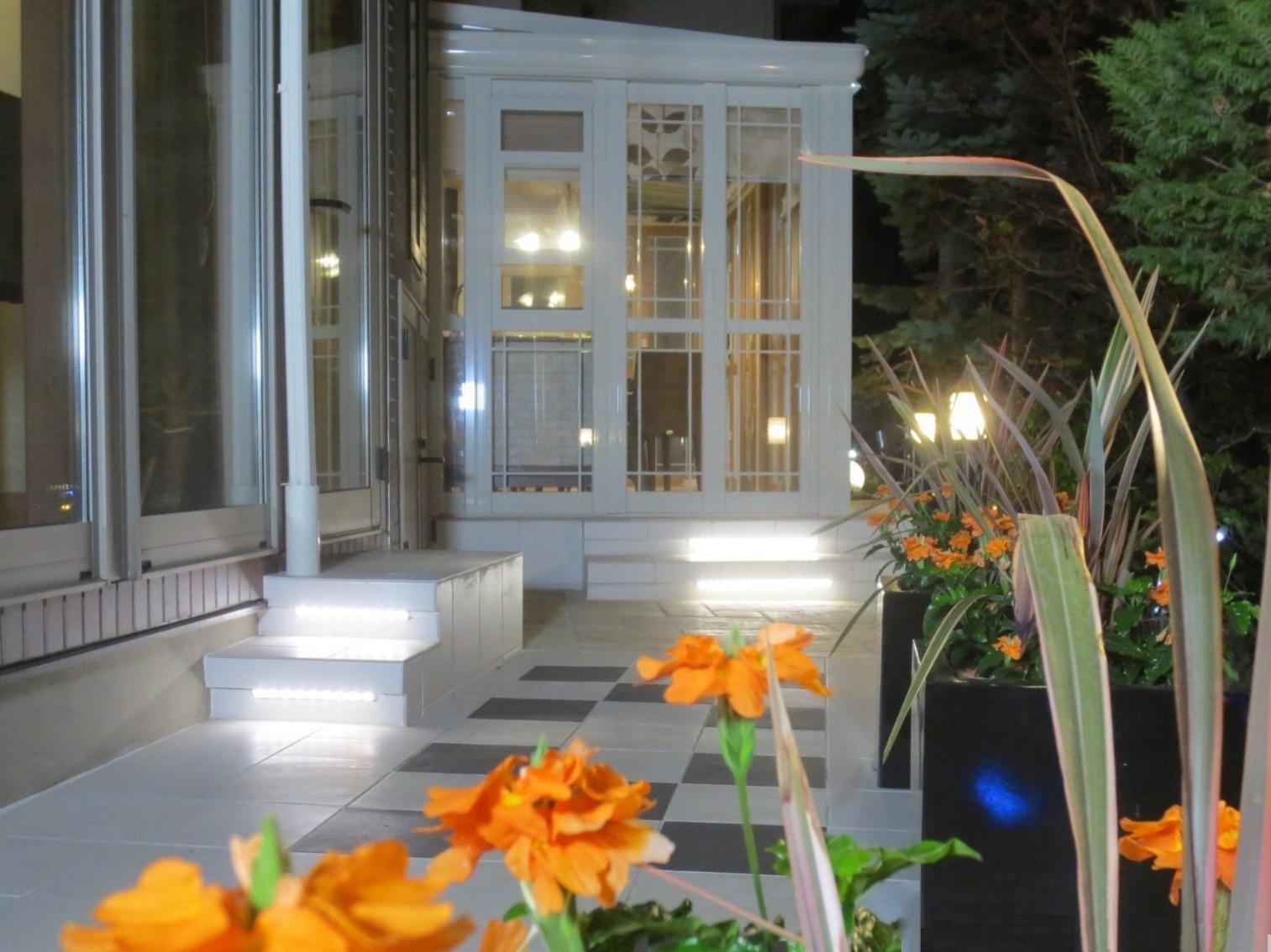 イタリアンカフェ風リゾートガーデン 有限会社西舘拓硝子店 岩手県H様邸 Spectacular garden lighting by lighting professionals. Enjoy a dramatic, romantic, even mysterious scene comparing to a day time.