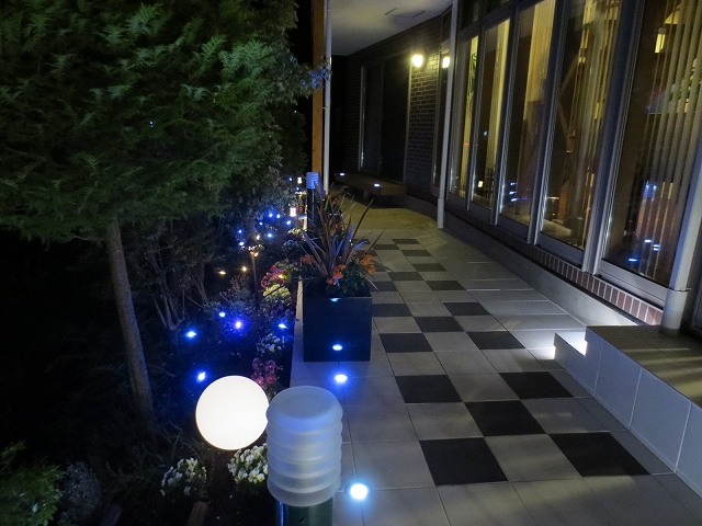 イタリアンカフェ風リゾートガーデン 有限会社西舘拓硝子店 岩手県H様邸 Spectacular garden lighting by lighting professionals. Enjoy a dramatic, romantic, even mysterious scene comparing to a day time.
