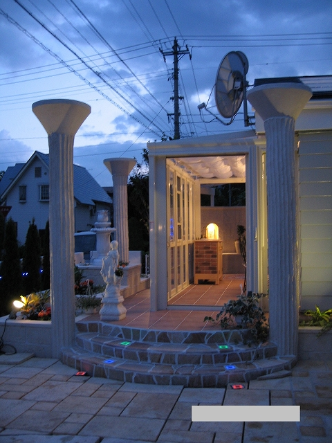 ギリシャ風ガーデン 有限会社西舘拓硝子店 岩手県Y様邸 Spectacular garden lighting by lighting professionals. Enjoy a dramatic, romantic, even mysterious scene comparing to a day time.