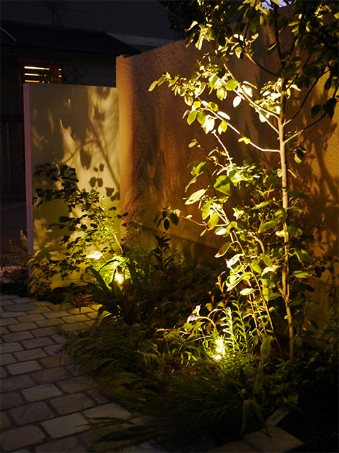 緑を楽しむアプローチ 株式会社エフ 石川県S様邸 Spectacular garden lighting by lighting professionals. Enjoy a dramatic, romantic, even mysterious scene comparing to a day time.