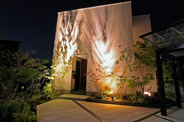 株式会社みちのく庭園 『影遊』 青森県Y様邸 Spectacular garden lighting by lighting professionals. Enjoy a dramatic, romantic, even mysterious scene comparing to a day time.