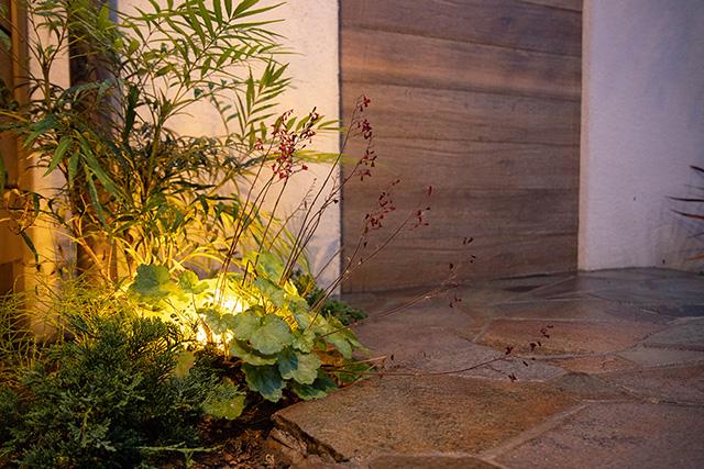 デッキから眺めるプチリゾート空間 株式会社ボックスウッド 千葉県K様邸 Spectacular garden lighting by lighting professionals. Enjoy a dramatic, romantic, even mysterious scene comparing to a day time.