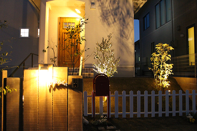 建物との調和と遊び心あふれる外構 株式会社グローヴアーツ 大阪府M様邸 Spectacular garden lighting by lighting professionals. Enjoy a dramatic, romantic, even mysterious scene comparing to a day time.
