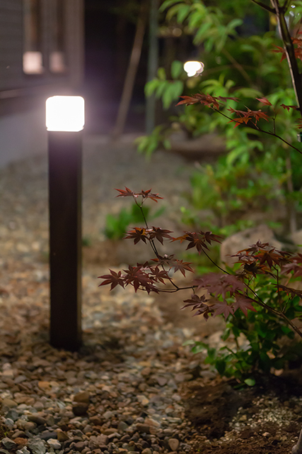 木々の緑を照らす、ほっとする灯り 有限会社カントリーガーデン 秋田県T様邸 Spectacular garden lighting by lighting professionals. Enjoy a dramatic, romantic, even mysterious scene comparing to a day time.