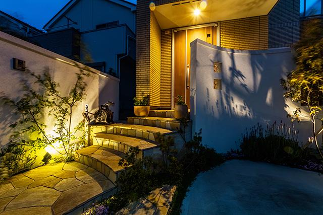 光のナチュラルエクステリア 癒樹工房 千葉支店 千葉県M様邸 Spectacular garden lighting by lighting professionals. Enjoy a dramatic, romantic, even mysterious scene comparing to a day time.