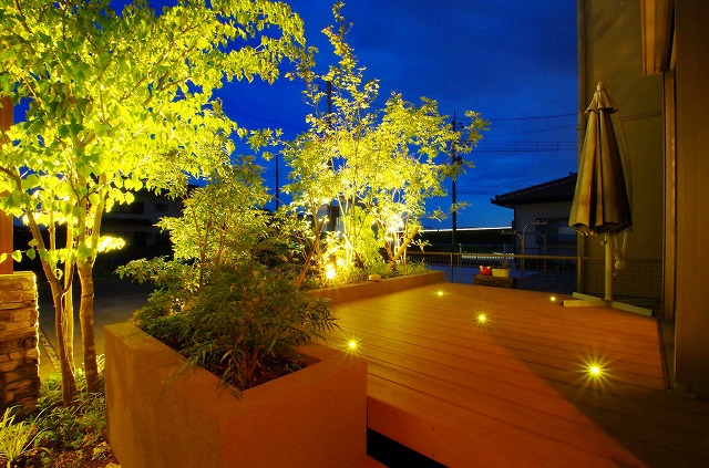 愛着の湧く外空間 渡辺建築株式会社(IRODORI) 静岡県K様邸 Spectacular garden lighting by lighting professionals. Enjoy a dramatic, romantic, even mysterious scene comparing to a day time.