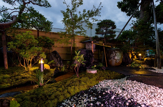 和に響く光 株式会社マツザキガーデン 福島県I様邸 Spectacular garden lighting by lighting professionals. Enjoy a dramatic, romantic, even mysterious scene comparing to a day time.