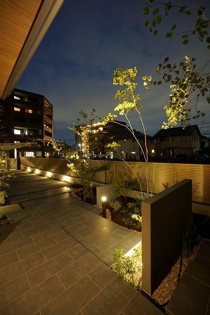 光のアプローチ 中部建商株式会社 静岡県A様邸 Spectacular garden lighting by lighting professionals. Enjoy a dramatic, romantic, even mysterious scene comparing to a day time.