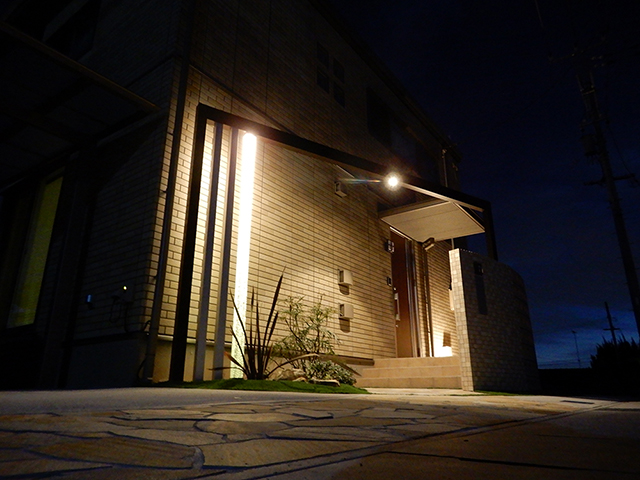 ラウンドしたスクリーンから洩れる癒しの灯り サコヤマエクステリア SAKOYAMA EXTERIOR 山口県F様邸 Spectacular garden lighting by lighting professionals. Enjoy a dramatic, romantic, even mysterious scene comparing to a day time.