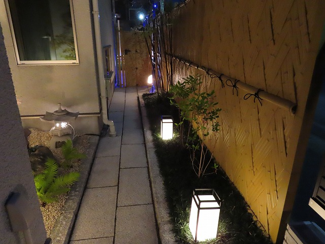 夜の庭園へと誘うおもてなしの光 有限会社西舘拓硝子店 岩手県O様邸 Spectacular garden lighting by lighting professionals. Enjoy a dramatic, romantic, even mysterious scene comparing to a day time.