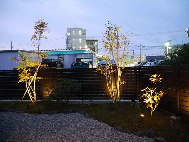 緑と灯りとドッグラン 株式会社エフ 石川県A様邸 Spectacular garden lighting by lighting professionals. Enjoy a dramatic, romantic, even mysterious scene comparing to a day time.