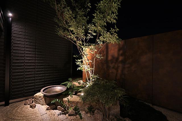 暮らしに寄り添う 株式会社ボックスウッド 千葉県S様邸 Spectacular garden lighting by lighting professionals. Enjoy a dramatic, romantic, even mysterious scene comparing to a day time.