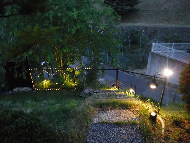 ウォールライトに導かれるアプローチ プレックスガーデン 長野県I様邸 Spectacular garden lighting by lighting professionals. Enjoy a dramatic, romantic, even mysterious scene comparing to a day time.