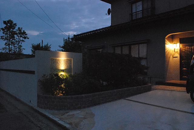 モザイクタイルに輝く〝縦ラインの光〟 ジースタイルコーポレーション 富山県O様邸 Spectacular garden lighting by lighting professionals. Enjoy a dramatic, romantic, even mysterious scene comparing to a day time.