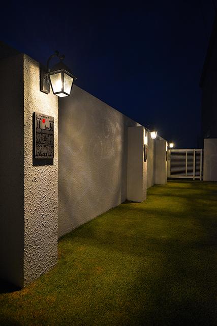 ウォールアートガーデン 有限会社フィールド 群馬県K様邸 Spectacular garden lighting by lighting professionals. Enjoy a dramatic, romantic, even mysterious scene comparing to a day time.