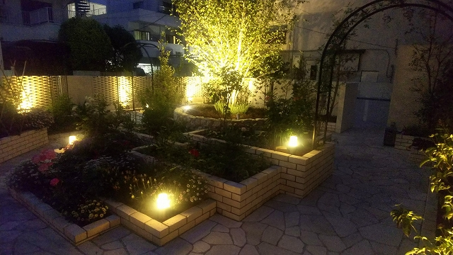 光のガーデン 有限会社竹田造園土木 東京都Y様邸 Spectacular garden lighting by lighting professionals. Enjoy a dramatic, romantic, even mysterious scene comparing to a day time.