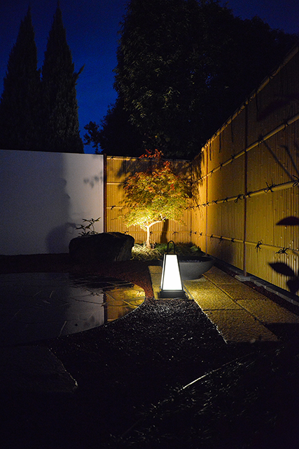 和と洋の庭 有限会社フィールド 埼玉県M様邸 Spectacular garden lighting by lighting professionals. Enjoy a dramatic, romantic, even mysterious scene comparing to a day time.