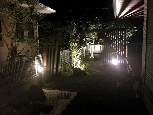 和モダンの幽玄美 株式会社メルヘンガーデンかどや 宮城県Y様邸 Spectacular garden lighting by lighting professionals. Enjoy a dramatic, romantic, even mysterious scene comparing to a day time.
