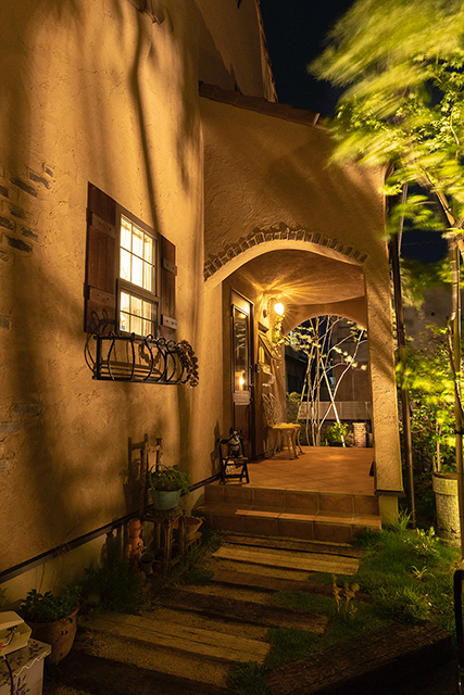 Aging over time 株式会社little bear garden 福島県F様邸 Spectacular garden lighting by lighting professionals. Enjoy a dramatic, romantic, even mysterious scene comparing to a day time.