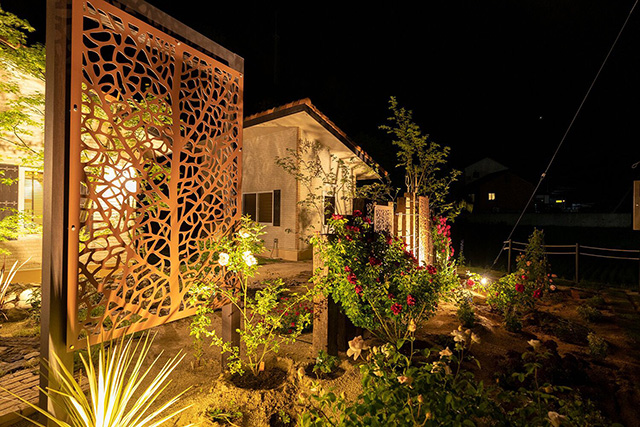 Growing garden 株式会社little bear garden 福島県S様邸 Spectacular garden lighting by lighting professionals. Enjoy a dramatic, romantic, even mysterious scene comparing to a day time.