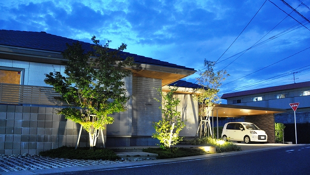 緑の中のフラットモダンカーポートと癒しの明かり サコヤマエクステリア SAKOYAMA EXTERIOR 山口県M様邸 Spectacular garden lighting by lighting professionals. Enjoy a dramatic, romantic, even mysterious scene comparing to a day time.