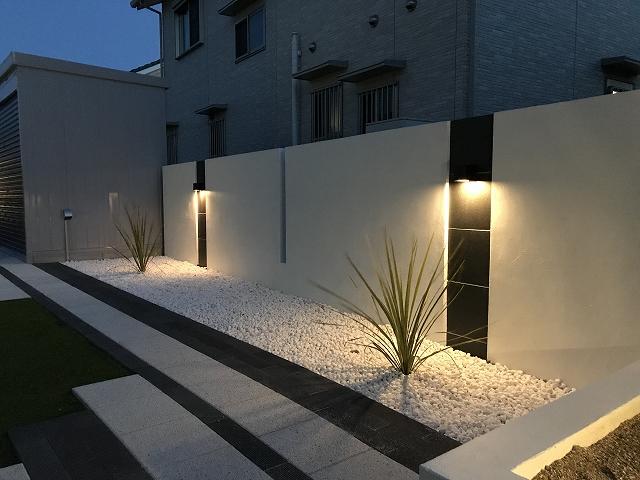 モダンガーデン クラウンエクステリア株式会社 愛知県O様邸 Spectacular garden lighting by lighting professionals. Enjoy a dramatic, romantic, even mysterious scene comparing to a day time.