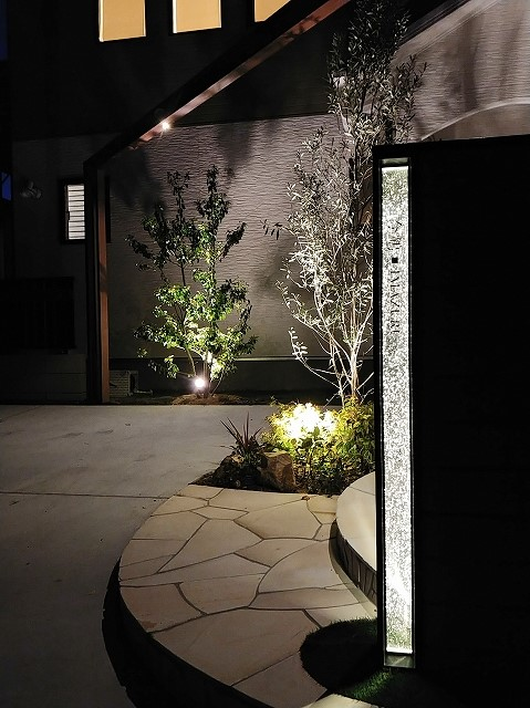 フレームで縁取ったナチュラル外構 サコヤマエクステリア SAKOYAMA EXTERIOR 山口県I様邸 Spectacular garden lighting by lighting professionals. Enjoy a dramatic, romantic, even mysterious scene comparing to a day time.