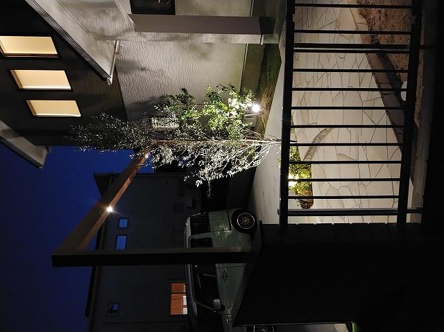 フレームで縁取ったナチュラル外構 サコヤマエクステリア SAKOYAMA EXTERIOR 山口県I様邸 Spectacular garden lighting by lighting professionals. Enjoy a dramatic, romantic, even mysterious scene comparing to a day time.