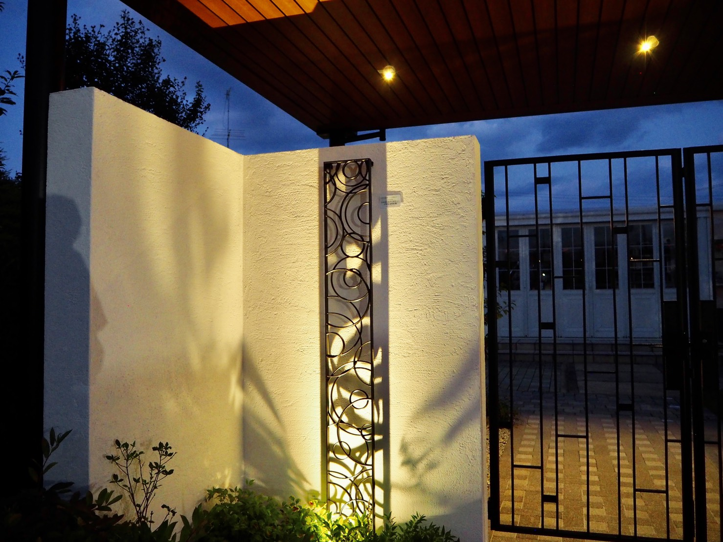 3種類のライティングで展示場の門周りを素敵なナイトシーンをデザイン ハマニグリーンパーク㈲ 静岡県ハマニグリーンパーク㈲浜北展示場 Spectacular garden lighting by lighting professionals. Enjoy a dramatic, romantic, even mysterious scene comparing to a day time.