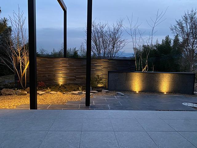 幻想的な植栽ライティング ㈱ASUKA 群馬県Y様邸 Spectacular garden lighting by lighting professionals. Enjoy a dramatic, romantic, even mysterious scene comparing to a day time.