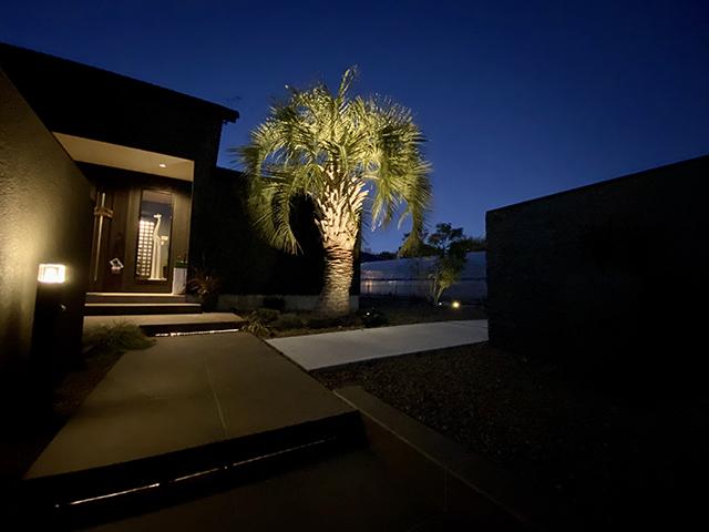 リゾート外構をライティングでリッチに演出 ㈱ASUKA 群馬県I様邸 Spectacular garden lighting by lighting professionals. Enjoy a dramatic, romantic, even mysterious scene comparing to a day time.