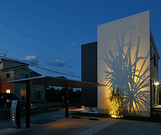 夜を彩る Yellow message クレアカーサ 千葉県H様邸 Spectacular garden lighting by lighting professionals. Enjoy a dramatic, romantic, even mysterious scene comparing to a day time.