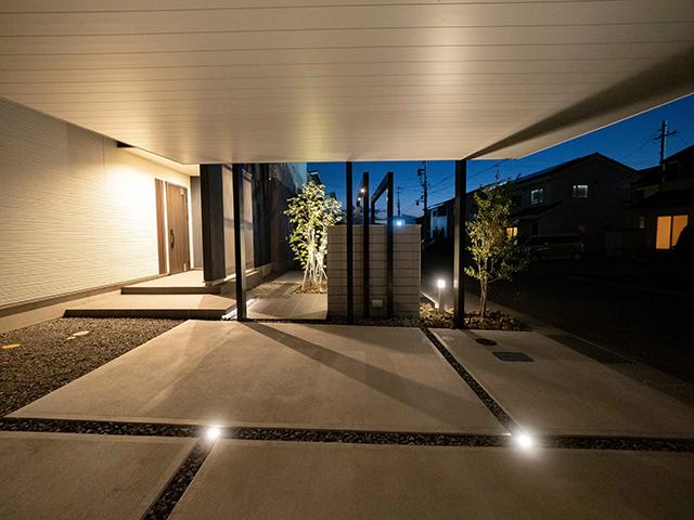 浮遊感のあるエントランス ExLEAF 長野県M様邸 Spectacular garden lighting by lighting professionals. Enjoy a dramatic, romantic, even mysterious scene comparing to a day time.