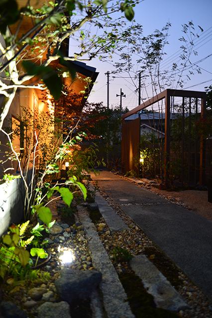 夜路地なアプローチ そらやLandscape 広島県S様邸 Spectacular garden lighting by lighting professionals. Enjoy a dramatic, romantic, even mysterious scene comparing to a day time.