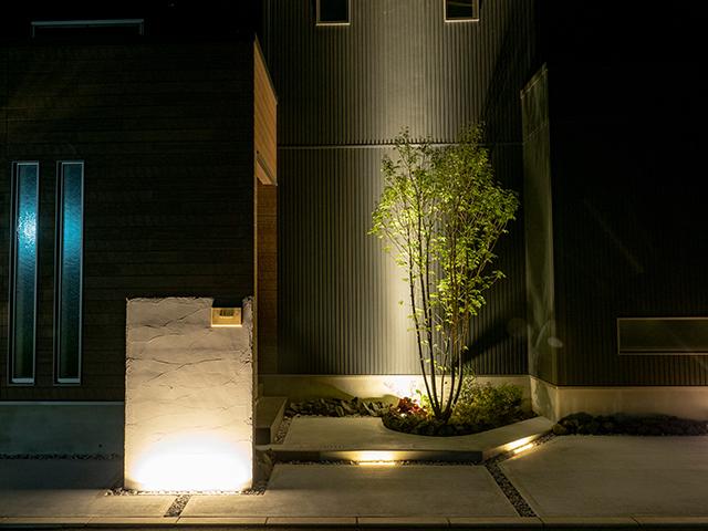 ファサードのライティング ExLEAF 長野県Y様邸 Spectacular garden lighting by lighting professionals. Enjoy a dramatic, romantic, even mysterious scene comparing to a day time.